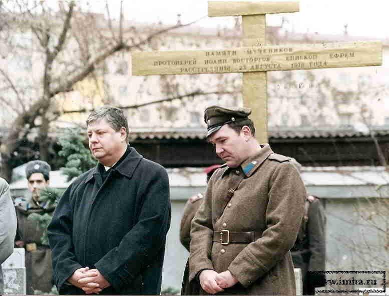Картинки по запросу Вольфганг Акунов. На Братском кладбище у Храма всех святых