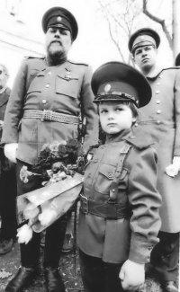 Председатель «Московского корпуса» Петр Федорович Космолинский (крайний слева) у Храма Всех Святых. Апрель 1995 год.