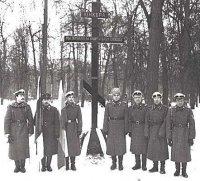 Вадим фон Каульбарс (крайний слева), его отец Юрий Вадимович (третий   справа) и их единомышленники у Креста Юнкерам на Братском кладбище.