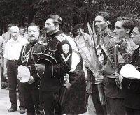 Вадим фон Каульбарс (второй слева) со своими соратниками на Братском кладбище (июнь 1995 год).