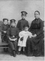Елена Ивановна Качкова (Растиславова) с детьми и братом Гурием Ивановичем Качковым.
