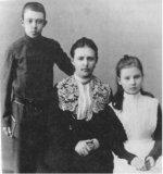 Мария Николаевна Качкова (Пустовалова) жена Василия Александровича с сыном Костей и дочерью Верой.