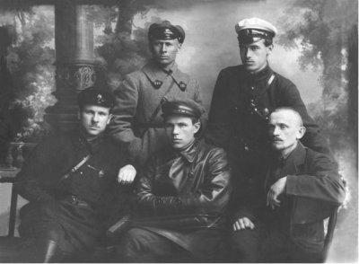В.Я. Исаев, в первом ряду слева с оперативными сотрудниками ВЧК г. Москвы.