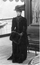 """Вдовствующая императрица Мария Федоровна на борту императорской яхты """"Полярная Звезда"""". 1911. Надпись на обороте: """"Se la chere Maria. No?l. 1911"""""""