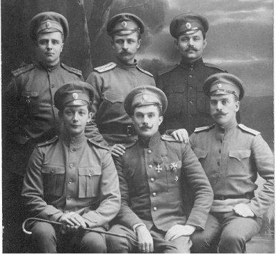 Младшие офицеры штаба 35-й пехотной дивизии и кавалер Георгиевского креста 4 степени.