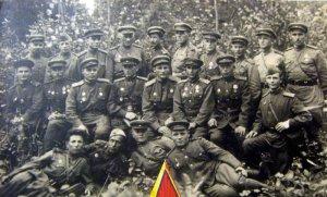 Восточная Пруссия. Офицеры 88 гвардейского стрелкового полка 33-й Севастопольской Краснознаменной ордена Суворова с.д. старший лейтенант Мысев В.В. 2-й ряд, первый справа.
