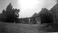 Такие дома, крытые соломой, после войны были не только в Тырнове. Но это за них сражались полки и армии Советского Союза.