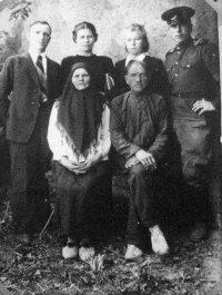 Семья Мысевых. 1946 год. Сидят Василий Иванович и Прасковья Николаевна. Стоят, слева направо: Мысев В.В. и его жена Александра Яковлевна, сестра Анна и брат Николай.