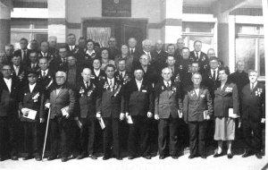 1980 год, 9 мая – 35-летие Победы в Шиловской средней школе №1.Шиловские фронтовики и бывшие бойцы 324-й Верхнеднепровской Краснознаменной стрелковой дивизии. В годы войны, дивизия, начавшая формироваться в Чебоксарах, доформировывалась в Шилове. В составе 10 армии, 16 и 50 армий с боями прошла боевой путь, который закончила в Кенигсберге. На фотографии 43 фронтовика, а всего на встрече было 50.