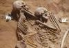 Французские ученые, работающие в сотрудничестве с Британским музеем, изучили десятки древнейших человеческих скелетов, обнаруженных на западном берегу Нила, и пришли к выводу, что большинство этих людей погибли от стрел с кремниевыми наконечниками РИА Новости http://ria.ru/science/20140714/1015925483.html#ixzz37WoyMjQx