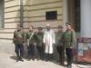 Группа военно-исторической реконструкции Крымского конного полка перед зданием бывшего Офицерского собрания 51-го пехотного Литовского полка.