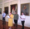 Заместитель Председателя Совмина Республики Крым Михаил Шеремет вручает копию награды ордена Св. Георгия 4-й ст. потомкам героев семьи Барановских из Симферополя.