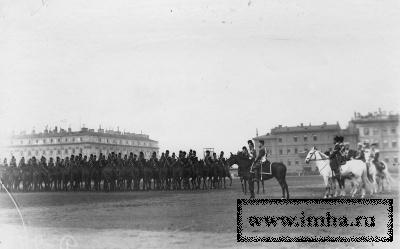Император Николай II и сопровождающие его лица на параде Конно-гренадерского полка на Марсовом поле (слева командир полка великий князь Дмитрий Константинович)