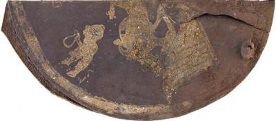 Фрагмент нагрудной бляхи с изображением орла, несущего в когтях козла, и людей, совершающих ритуал. Фото: И. Рукавишникова / ИА РАН