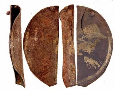 Центральная нагрудная бляха из упряжного набора с изображением орла, несущего в когтях козла, и людей, совершающих ритуал