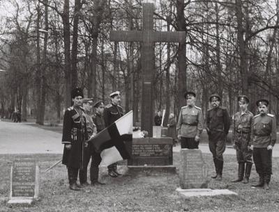 Крест и символические надгробные плиты, воздвигнутые на Братском кладбище активистами Общественного совета в 1989-1995 годах.
