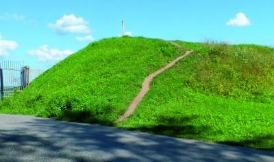 Сохранившиеся оборонительные укрепления в юго-западной части городища.