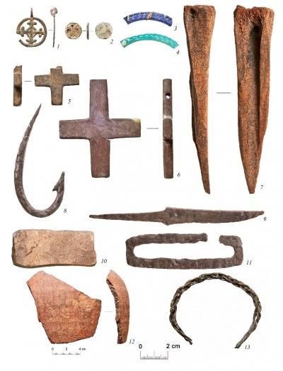 Находки на территории посада: 1 – крестовидная подвеска, 2 – вставка перстня, 3, 4, 13 – браслеты, 5, 6 – крестики, 7 – проколка, 8 – крючок рыболовный, 9 – нож, 10 – оселок, 11 – кресало, 12 – обломок краснолощеного сосуда.