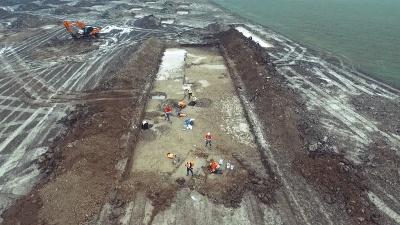 Работа археологов, маскирующихся под строителей, на поле возле деревни Беммель. Кадр из видео Rijkswaterstaat / Vimeo