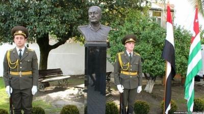 Памятник сирийскому генералу абхазского происхождения Уалиду Маршану (автор: абхазский скульптор Виталий Джения)