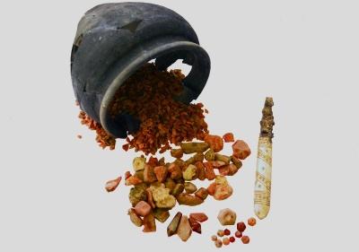 Янтарь-сырец, заготовки и изделия из янтаря, найденные на территории мастерской.