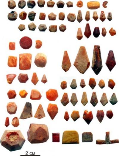Ювелирные инструменты и изделия из янтаря, найденные на территории мастерской.
