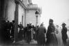Начальник почетного караула Кавалергардского полка отдает рапорт императору Николаю II, прибывшему на церемонию освящения полковой церкви.